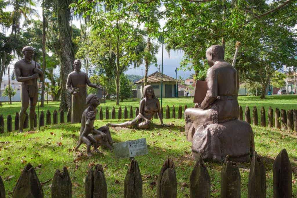 Sculptures qui évoquent l'évangélisation des peuples indigènes
